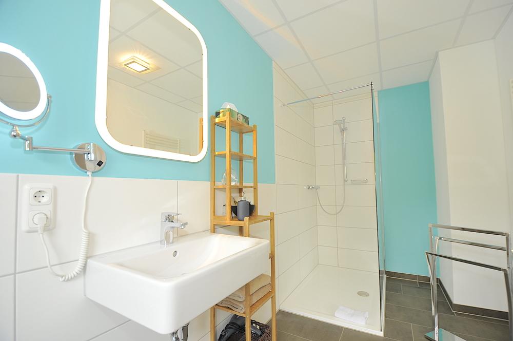 Bad von Zimmer 4 im Obergeschoss rechts